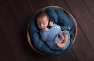 baby-blau-teddybaer-holzschale-holzboden