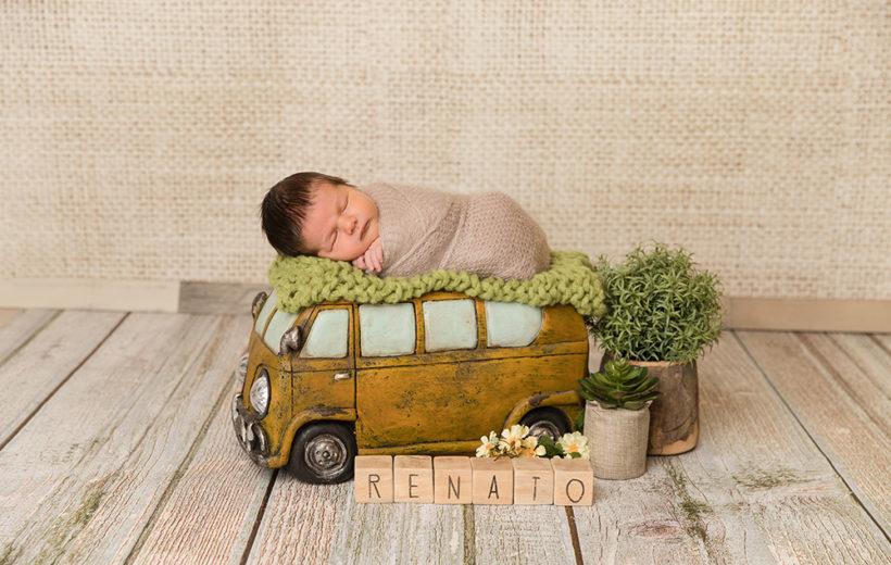 ein schlafendes baby auf einem hippi bus