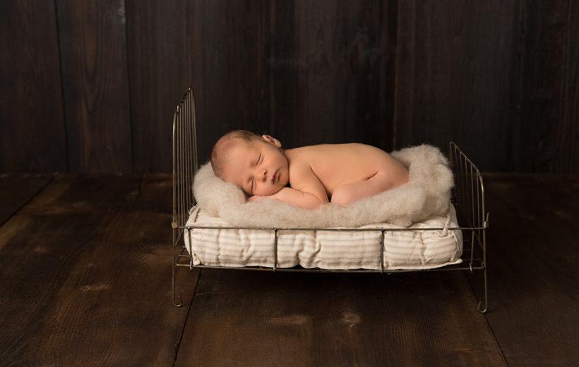 baby in einem metallbett am schlafen