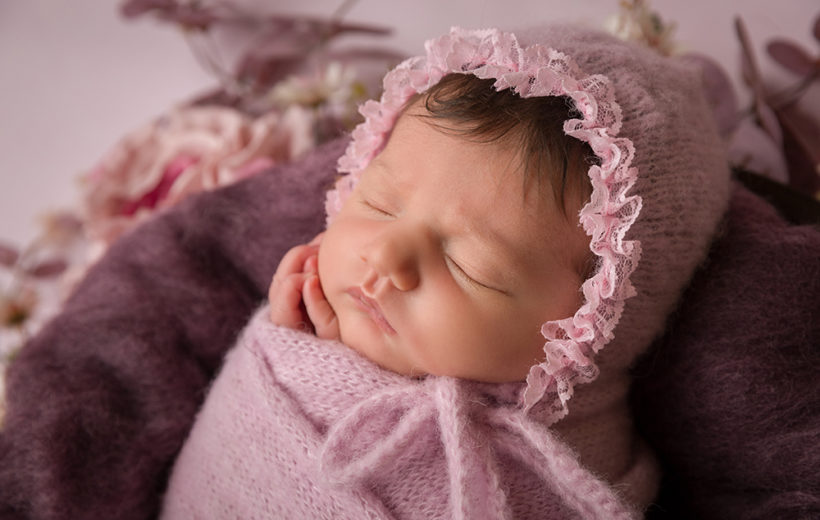 babyshooting-babymütze-rosa-wolle-blumen