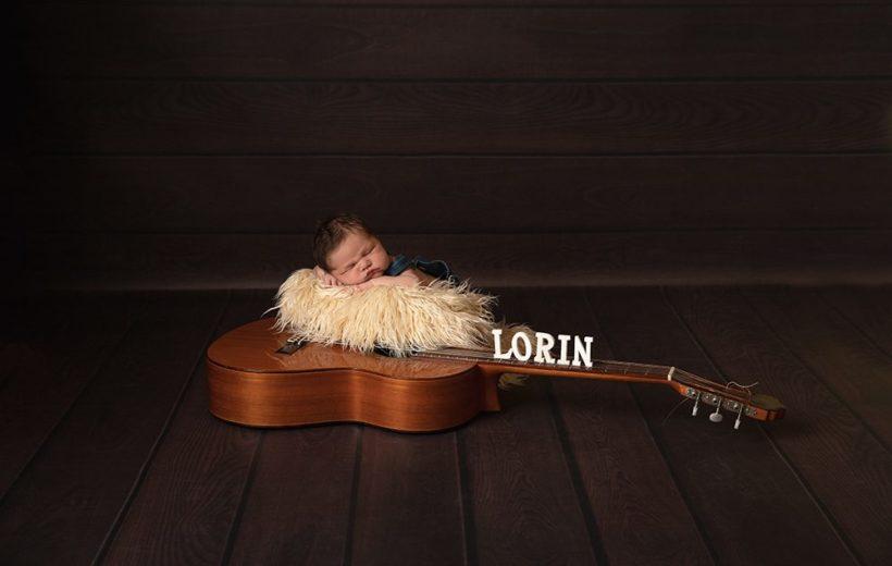 ein baby liegt auf einer gitarre