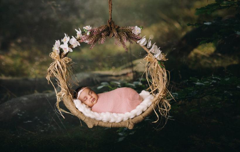 ein baby in einem hängenden körbli