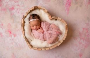 baby-schlafen-herz-rosa-blumen